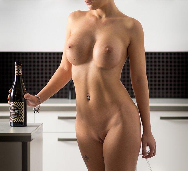 piękna kobieta w kuchni