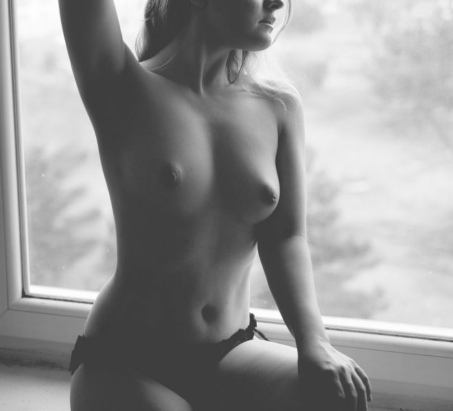 akt Kasi w oknie